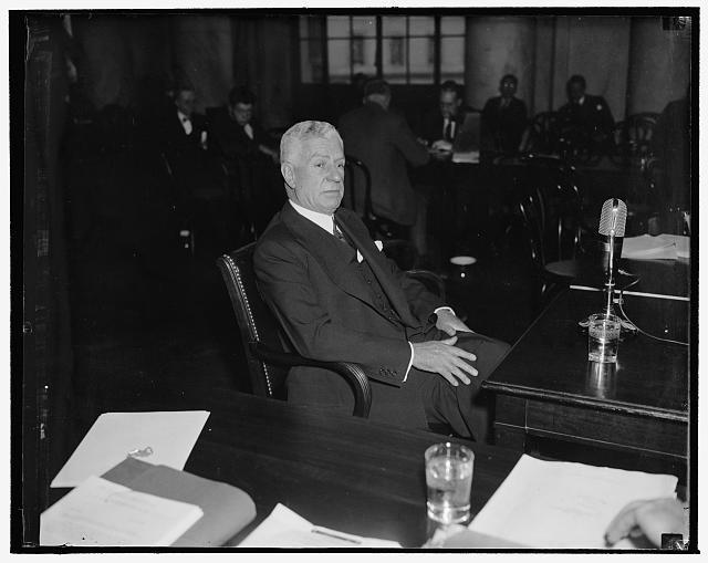 Charles E. Mitchell testificando