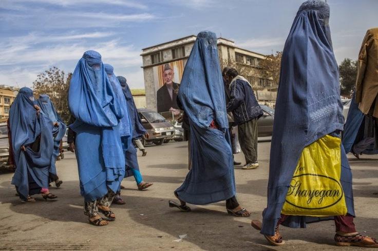 auge y declive Mujeres afganas paseando por Kabul en 2011